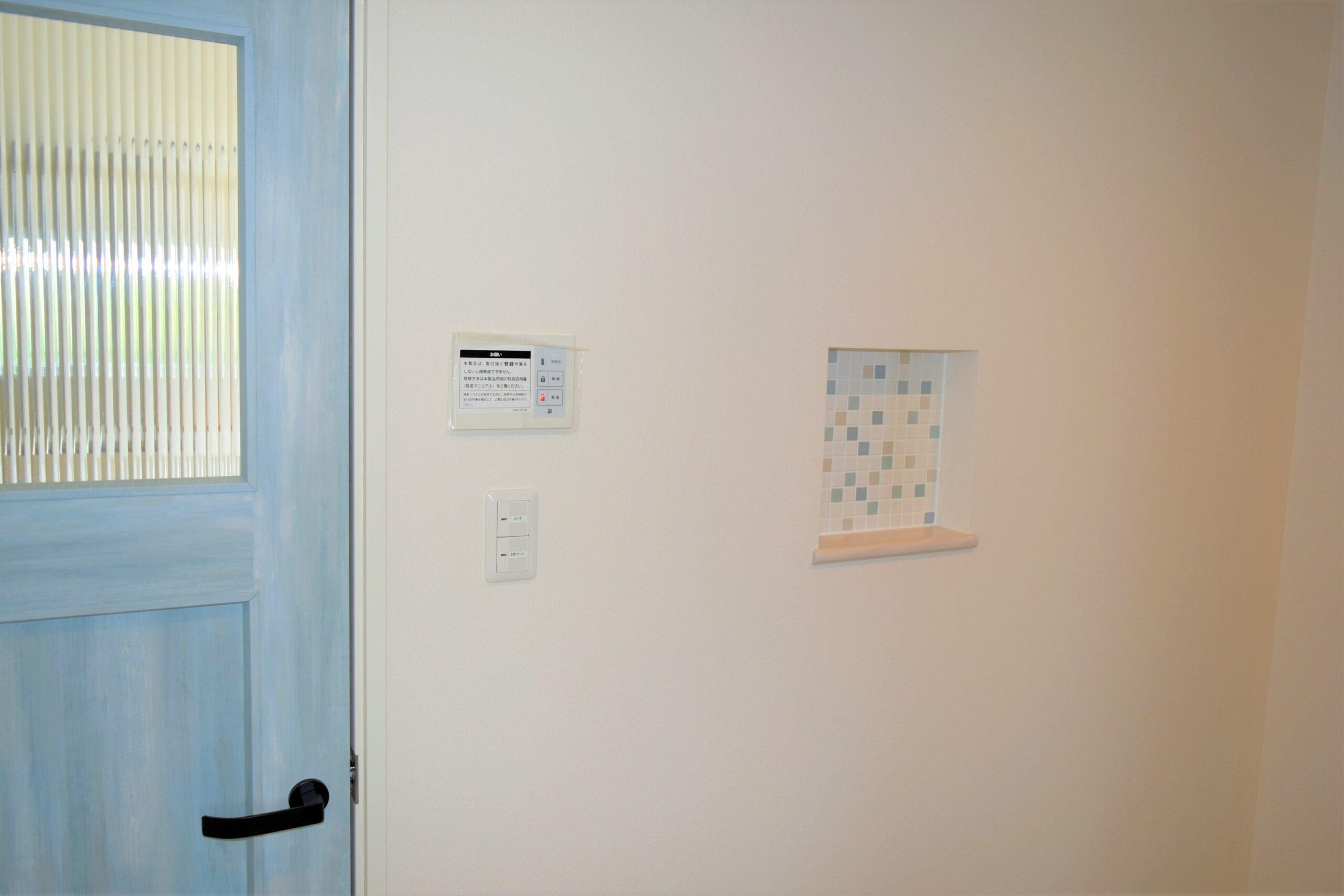 壁面にはオシャレな飾棚